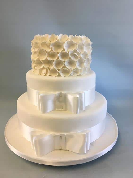 White ruffels weddingcake